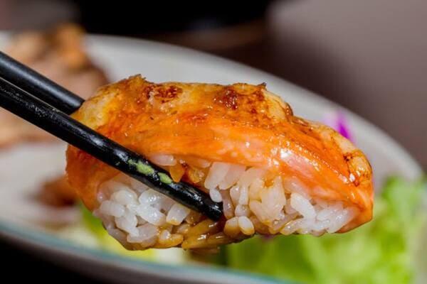 200多定食竟然附炙燒焦糖鮭魚握壽司!